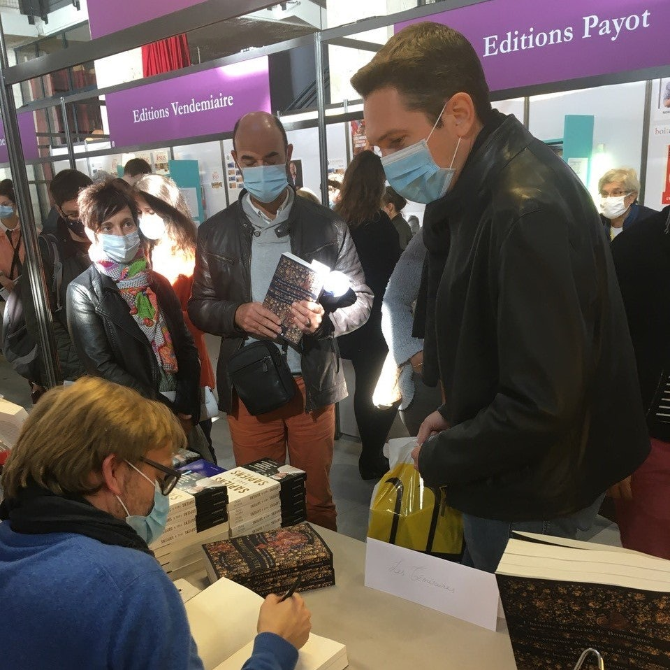 Bart Van Loo signing his books at the festival in Blois.