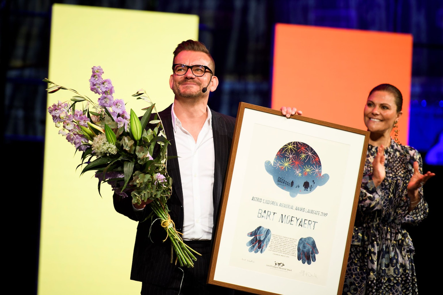 Picture of Bart Moeyaert with crown princess Victoria at the award show